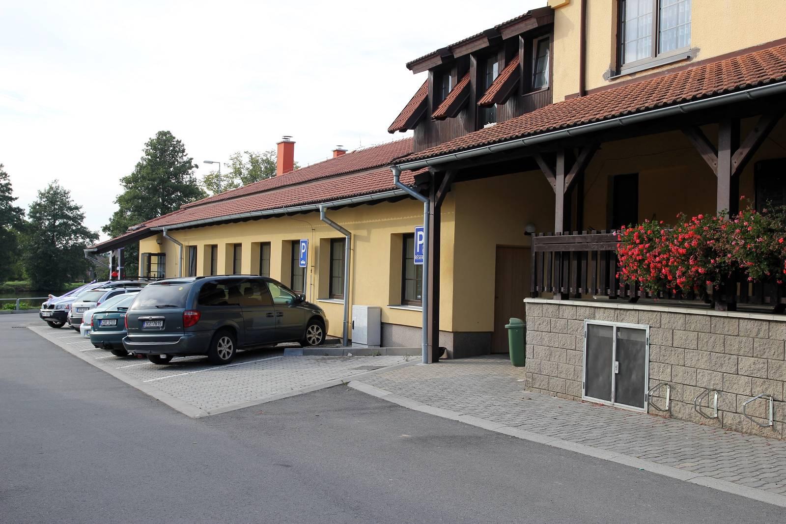 Kulturní sál v Bratřicích, parkoviště