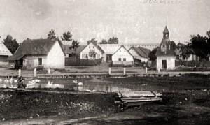 Historická náves s rybníkem